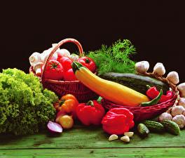 Картинки Овощи Перец овощной Помидоры Огурцы Чеснок Укроп Черный фон Корзина Пища