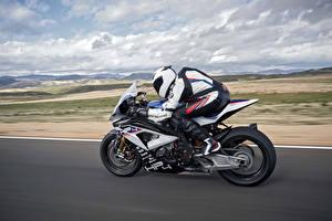 Фотографии BMW - Мотоциклы Мотоциклист Шлем Движение Сбоку 2017 HP4 RACE