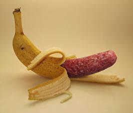 Фотография Бананы Оригинальные Колбаса Фрукты Мясные продукты Цветной фон Юмор Еда