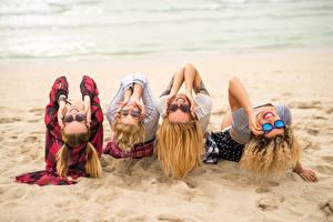 Фото Пляж Песок Русые Очки Улыбка Девушки