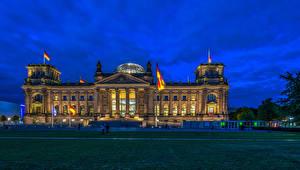 Фотографии Берлин Германия Вечер Городская площадь Флаг Bundestag Reichstag