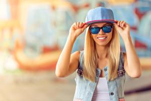 Картинки Блондинка Очки Улыбка Руки Бейсболка Девушки
