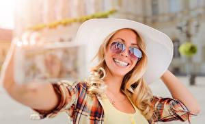 Фотография Блондинка Улыбка Очки Шляпа Селфи Девушки