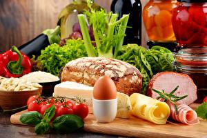 Фотография Хлеб Помидоры Сыры Ветчина Овощи Яйца Продукты питания