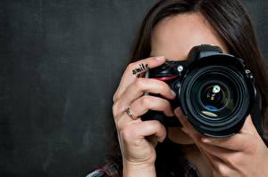 Картинка Пальцы Фотокамера Руки Фотограф Девушки