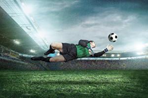 Обои Футбол Мужчины Вратарь в футболе Мяч Прыжок Униформа Газон Стадион Спорт