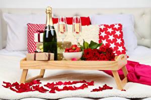 Фотография Праздники Розы Шампанское Клубника Бутылка Бокалы Подарки Лепестки Продукты питания