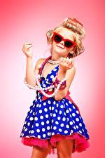 Фотографии Украшения Жемчуг Девочки Цветной фон Модель Блондинка Очки Платье Руки Гламур Ребёнок