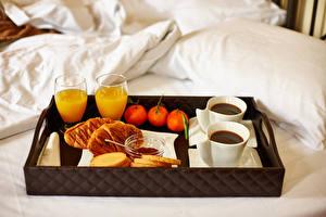 Фото Сок Кофе Мандарины Булочки Завтрак Кровать Стакан Продукты питания