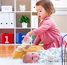 Фото Девочки Младенцы Смотрит Двое ребёнок