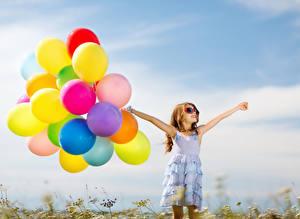 Картинка Много Девочки Очках Руки Воздушный шар Платья ребёнок