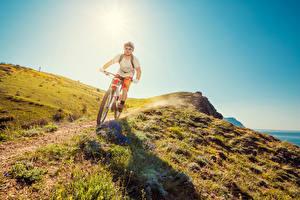 Обои Мужчины Велосипед Очки Трава Тропинка Спорт