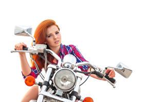 Обои Рыжая Мотоциклист Руки Смотрит Фары Белый фон Красивые Девушки
