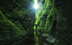 Обои Шотландия Мох Утес Пещера Ручей Лучи света Devil's Glen Finnich Gorge Природа