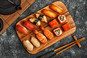 Картинка Морепродукты Суши Рыбы Разделочная доска Сверху Палочки для еды Продукты питания