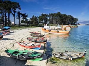 Обои Испания Побережье Лодки Пляж Isla de Arosa Galicia Природа