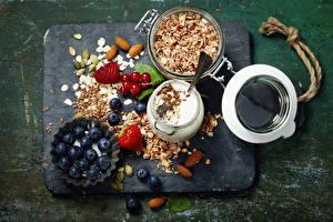 Картинка Натюрморт Мюсли Молоко Черника Клубника Орехи Разделочная доска Продукты питания