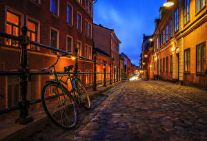 Фотографии Стокгольм Швеция Дома Улица Ночные Велосипед Ограда Уличные фонари