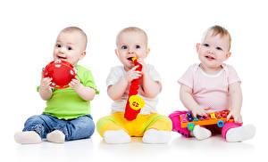 Фотографии Игрушки Белом фоне Младенцы Трое 3 Улыбается ребёнок