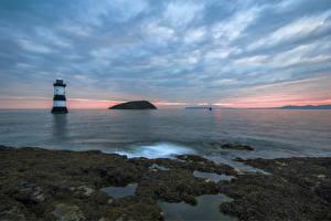 Картинка Великобритания Море Маяки Небо Вечер Anglesey