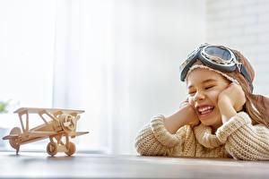 Картинка Самолеты Игрушки Девочки Улыбка Очки Счастье Ребёнок