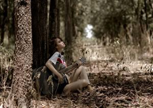 Картинки Азиаты Сидит Гитара Деревья Отдых Девушки