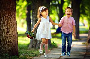 Фотографии Мальчики Девочки Двое Улыбка Платье Джинсы Радость ребёнок