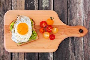 Картинки Бутерброды Хлеб Томаты Доски Разделочная доска Яичница Пища