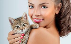 Картинки Кошки Шатенка Лицо Смотрит Котята Улыбка Девушки