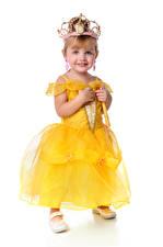 Картинки Корона Девочки Фотомодель Улыбается Платья Белый фон ребёнок