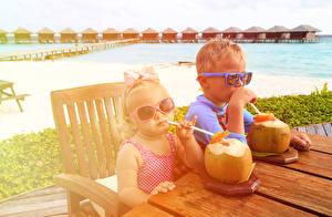 Обои Напитки Курорты Вдвоем Мальчики Девочки Очки Стол Ребёнок