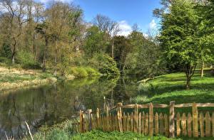 Обои Англия Парки Весенние Пруд Деревья Ограда Stowe Landscape Gardens Buckingham Природа