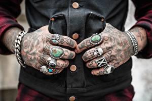 Обои Пальцы Крупным планом Черепа Руки Татуировка Кольцо