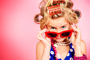 Фотографии Пальцы Украшения Цветной фон Девочки Модель Очки Смотрит Гламур Дети