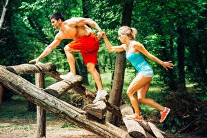 Фотографии Фитнес Мужчины Вдвоем Физические упражнения Ноги Спорт Девушки