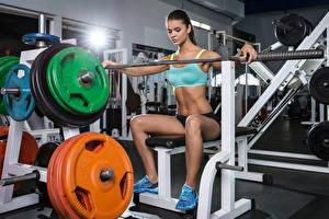 Картинка Фитнес Сидит Ноги Штанга Спортзал молодая женщина Спорт