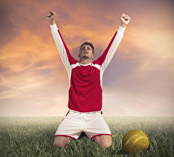 Фотографии Футбол Мужчины Трава Униформа Мяч Руки Счастье Спорт