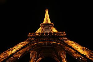 Картинки Франция Эйфелева башня Ночные Париж Вид снизу Черный фон