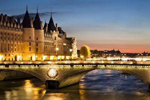 Картинка Франция Дома Речка Мосты Вечер Париж Уличные фонари