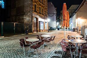Фотографии Германия Здания Улица Ночь Уличные фонари Стол Стулья Кафе Zwickau