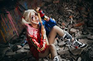 Обои Харли Квинн герой Азиаты Косплей Блондинка Бейсбольная бита Сидит Девушки