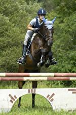 Фотографии Лошадь Конный спорт Прыгает Девушки