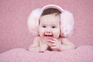 Картинки Грудной ребёнок В наушниках Улыбка Счастливый Дети