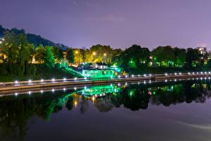 Картинка Италия Здания Речка Берег Ночные Деревья Уличные фонари Turin