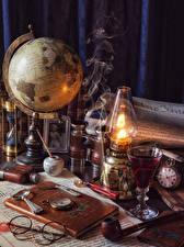 Фотография Керосиновая лампа Часы Глобус Книга Очки Рюмка Дым