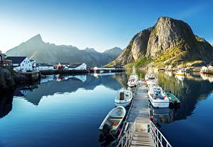 Фото Лофотенские острова Норвегия Дома Пристань Горы Лодки Катера Заливы Reine Города