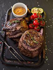 Фото Мясные продукты Томаты Разделочная доска Еда