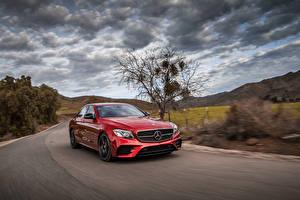Фото Mercedes-Benz Красный Металлик Едущий 2017 AMG E 43 4MATIC Машины