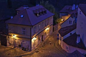 Картинки Прага Чехия Дома Улиц Ночью Уличные фонари Сверху Nove Mesto Города
