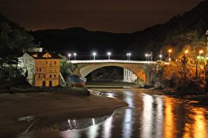 Картинки Испания Здания Речка Мосты Уличные фонари Ночные Lekeitio Basque Country